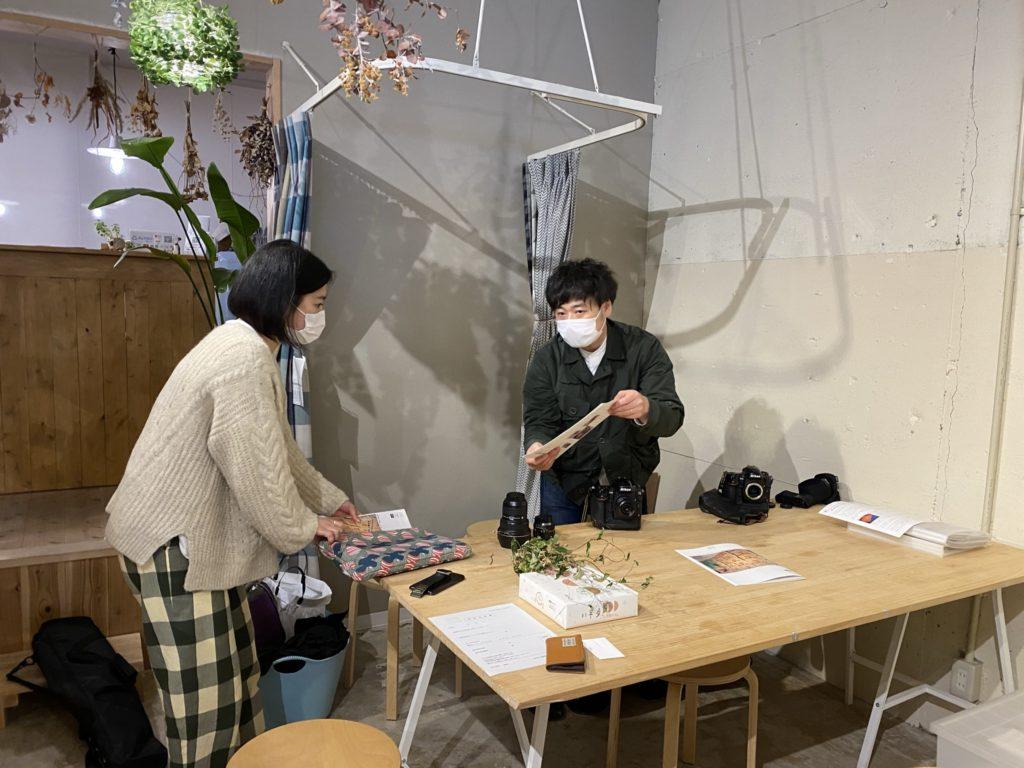 (左)ディレクターの山口さん (右)カメラマンの野口さん