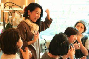 大人気の團涼子先生によるアロマワークショップ。先生の知識の深さもさることながら、愛くるしいキャラも人気の理由です。